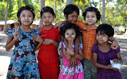 Kinder von Ngwe Saung, Myanmar Stockbild
