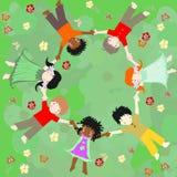 Kinder von verschiedenen Rennen sind in einem Kreis auf Wiese Lizenzfreies Stockbild