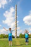Kinder vor der endlosen Spalte oder der Spalte von Unendlichkeit lizenzfreies stockfoto