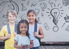 Kinder vor leerer Wand mit Bildungsgraphiken stockfoto