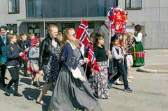 Kinder während des Marsches in den bunten norwegischen Kostümen Lizenzfreie Stockbilder