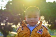 Kinder wachsen glücklich in der Sonne heran stockfoto