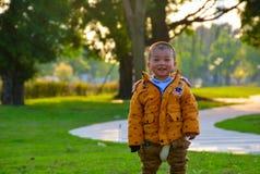 Kinder wachsen glücklich in der Sonne heran lizenzfreie stockbilder