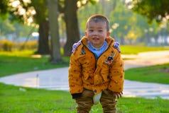 Kinder wachsen glücklich in der Sonne heran lizenzfreie stockfotos