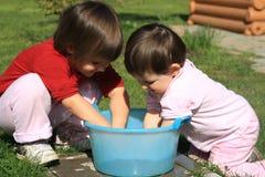 Kinder waschen ihre Hände Stockfotos