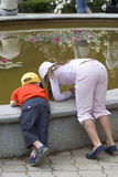 Kinder am Wasserbrunnen Stockbilder