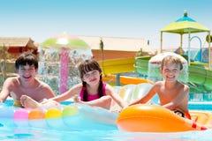 Kinder am Wasserpark stockfotos