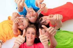 Kinder, welche die Daumen aufgeben Stockbilder
