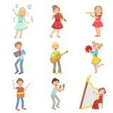 Kinder, welche die Musik-Instrumente eingestellt singen und spielen Stockbild