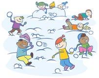 Kinder, welche die Schneebälle getrennt spielen Stockfotografie