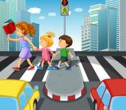 Kinder, welche die Straße am Zebrastreifen kreuzen lizenzfreie abbildung