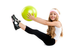 Kinder wenig Gymnastikmädchen mit grüner Yogakugel Stockbilder