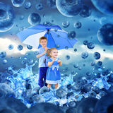 Kinder, wenn Blaubeeren mit Regenschirm geregnet werden lizenzfreie stockfotos