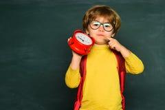 Kinder wird zur Schule fertig E r stockfotografie