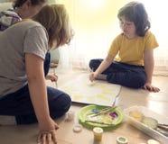 Kinder zeichnen Sonne im Haus, der Junge, der in der Schule zeichnen studiert Lizenzfreies Stockfoto