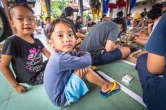 Kinder zu der Zeit der Vorbereitungen für Ngrupuk-Parade Stockbilder
