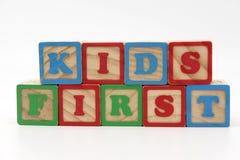 Kinder zuerst stockfoto