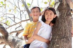 Kinder zusammen im Freien Stockbilder