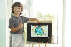 Kinderabgehobener betrag im Haus Stockfotografie