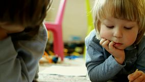 Kinderabgehobener betrag im Haus stock footage