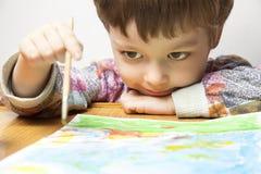 Kinderabgehobener betrag im Haus Lizenzfreie Stockfotografie