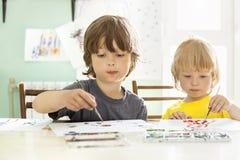 Kinderabgehobener betrag im Haus Stockfotos