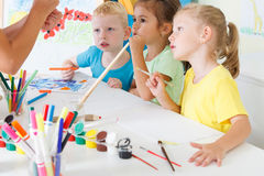 Kinderabgehobener betrag im Klassenzimmer Lizenzfreie Stockfotografie