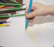 Kinderabgehobener betrag mit farbigen Bleistiften lizenzfreies stockfoto
