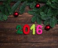 Kinderachtige Nieuwe jaarachtergrond met Kerstmisstuk speelgoed van gevoeld op dar Stock Fotografie