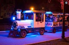 Kinderachtige trein bij een verlicht park Stock Afbeelding