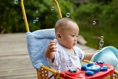 Kinderanziehende Seifenblasen Stockfoto
