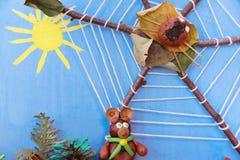 Kinderapplikation von trockenen Blättern und von Beeren Stockbild