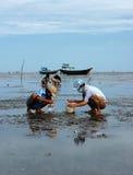 Kinderarbeid op het strand van Vietnam Stock Foto's