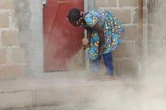 Kinderarbeid - Weinig Afrikaans Meisje die schoonmaken - Rechten van de menskwestie stock foto's