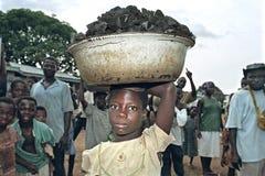 Kinderarbeit auf dem ghanaischen Markt von Abease lizenzfreies stockbild