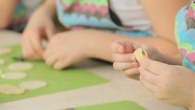 Kinderarbeit mit Teig stock video