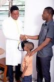 Am Kinderarzt Stockfotografie