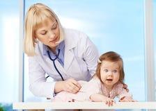 Kinderarzt bei der Arbeit Stockfotos