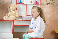 Kinderarzt bei der Arbeit Lizenzfreie Stockfotografie