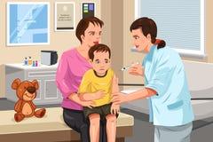 Kinderarzt, der einem kleinen Kind einen Schuss gibt Stockfotos