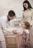 Kinderarzt, der Hand mit Kindpatienten rüttelt Stockfoto