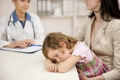 Kinderarzt, der mit Mutter und krankem Kind spricht Lizenzfreie Stockfotos