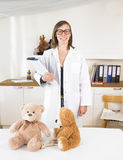 Kinderarzt in ihrem Büro Stockfotografie