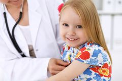 Kinderarzt kümmert sich um Baby im Krankenhaus Kleines Mädchen ist überprüfen durch Doktor durch Stethoskop Sträflinge und Arme Lizenzfreies Stockbild
