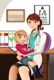 Kinderarzt mit Kind Stockfotos