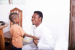 Kinderarzt spielt die Rolle des Patienten lizenzfreie stockfotografie