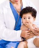 Kinderarzt und Kind Stockbild