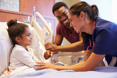 Kinderarzt-Visiting Father And-Kind im Krankenhaus-Bett lizenzfreies stockbild