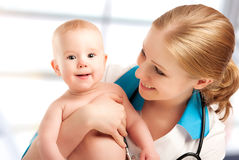 Kinderarztdoktor und Patient - kleines Kind Stockfoto