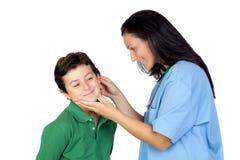 Kinderarztfrau, die eine Überprüfung für Kind bildet Stockfotos